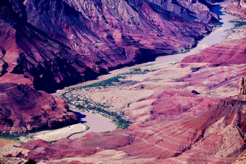 大峡谷美好的风景从沙漠观点的与科罗拉多河可看见在黄昏期间 库存照片