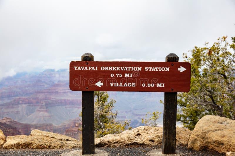大峡谷,亚利桑那,美国 信息标志,红色岩石狼吞虎咽背景 免版税库存图片