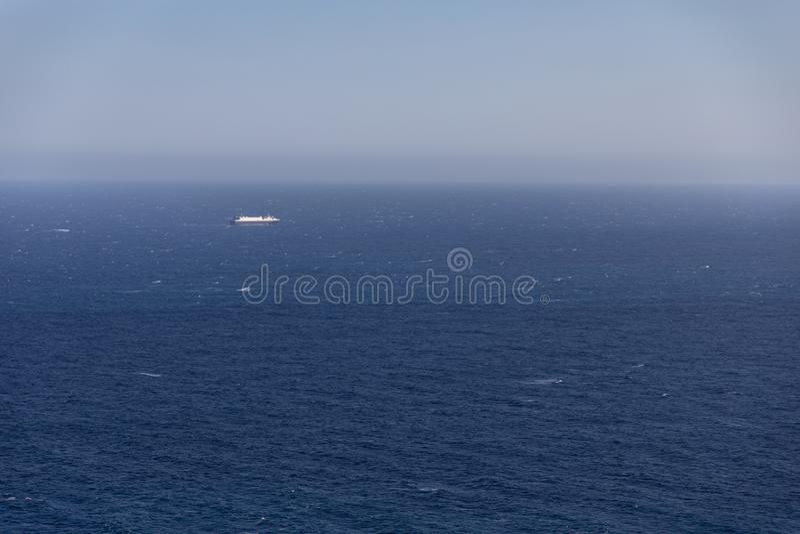 大巡洋舰小船在天际 免版税库存图片