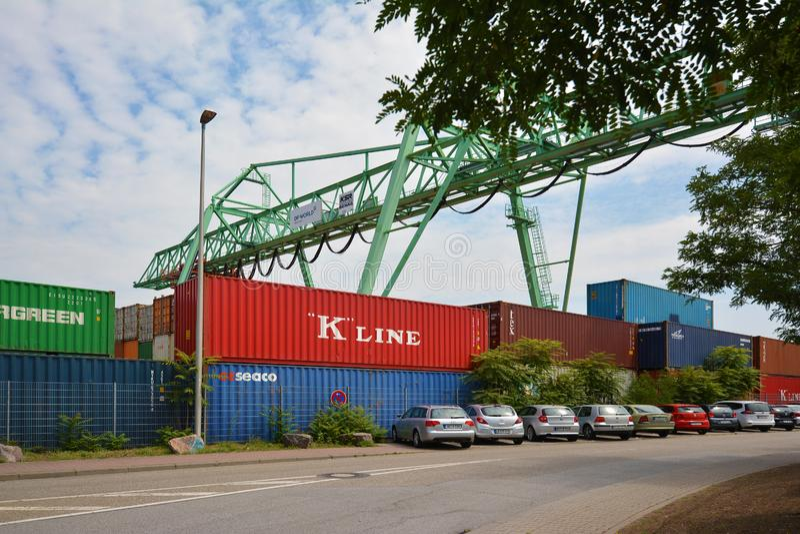 大工业集装箱码头和条板箱在内河港在内卡河叫'Salzkai'在人 库存照片