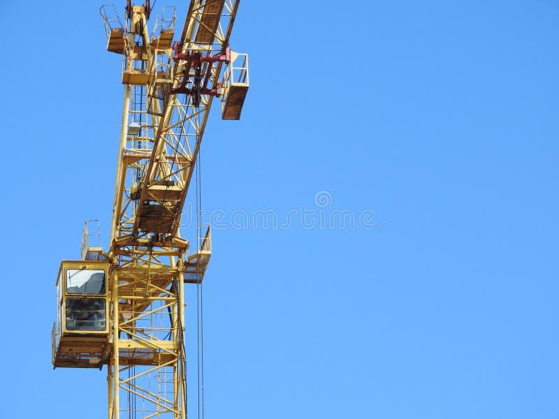 大工地工作,包括运转在建筑复合体的几台起重机,与一清楚的天空蔚蓝 图库摄影