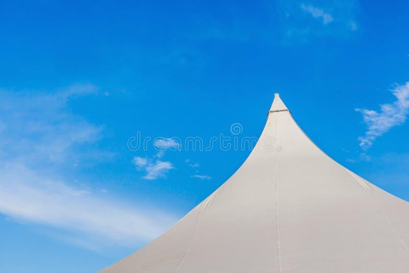 大帆布事件帐篷上面在美丽的清楚的蓝色下的 免版税库存照片
