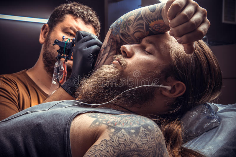 大师在纹身花刺演播室做凉快的纹身花刺 库存图片图片