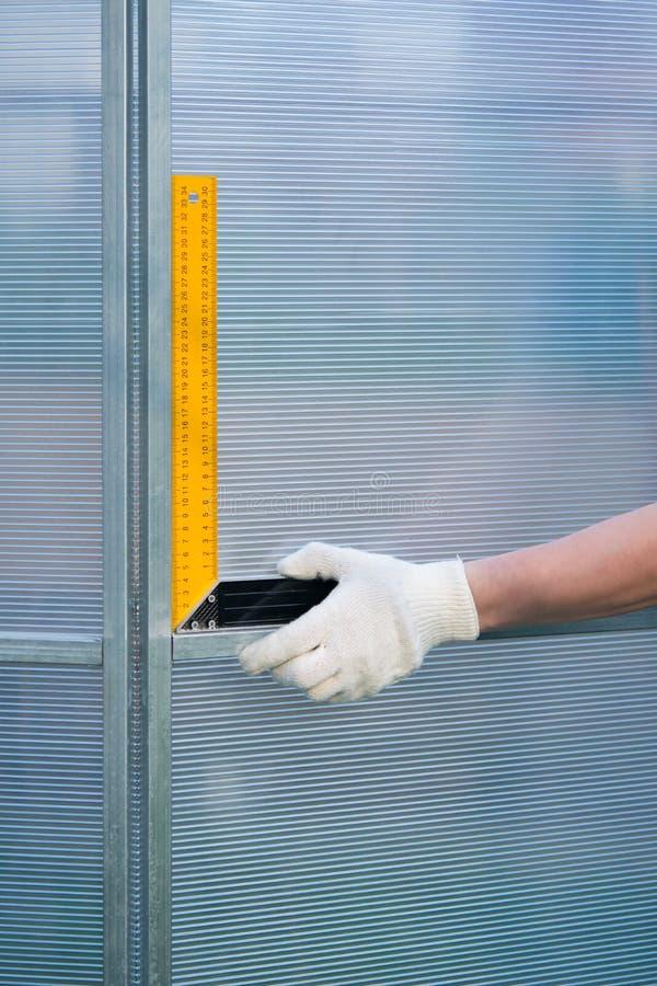 大师检查正方形,温室的正确装配,由聚碳酸酯纤维制成 库存照片