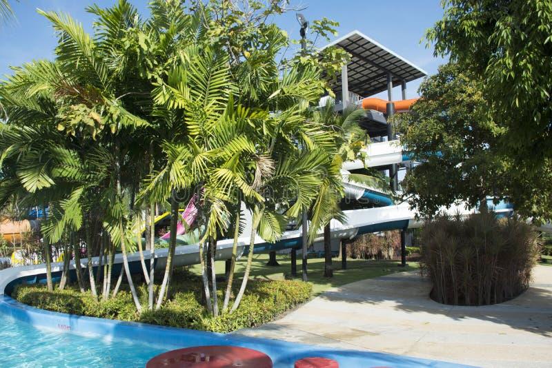 大幻灯片水和在室外的水池游泳的人的使用和 免版税库存图片