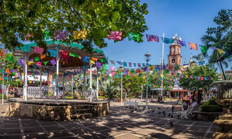 大广场和我们的瓜达卢佩河教会-巴亚尔塔港,哈利斯科州,墨西哥的夫人 免版税库存图片