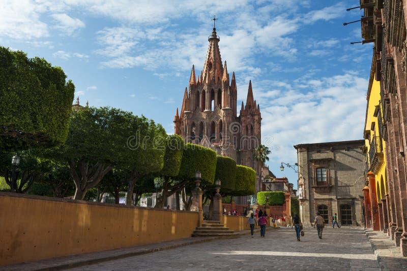 大广场的看法和圣米格尔火山教会在市的历史的中心圣米格尔德阿连德,墨西哥 免版税库存图片