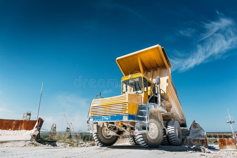 大开采的卡车黄色 工作工业机械 库存照片