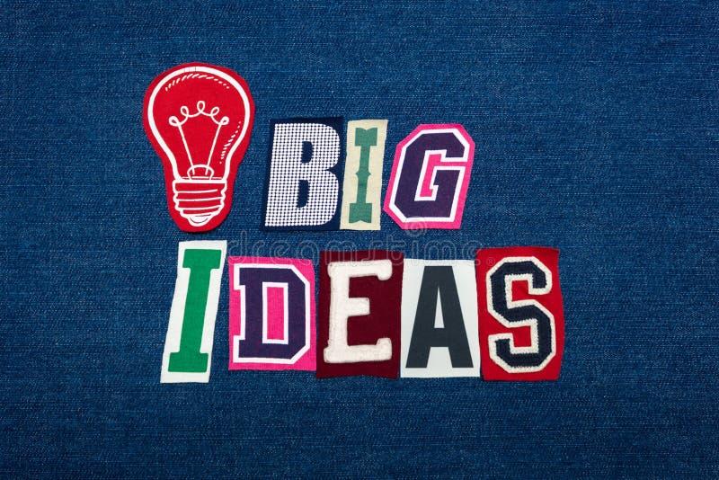 大想法发短信给词拼贴画,在蓝色牛仔布,电灯泡,创新概念的多色的织品 免版税图库摄影