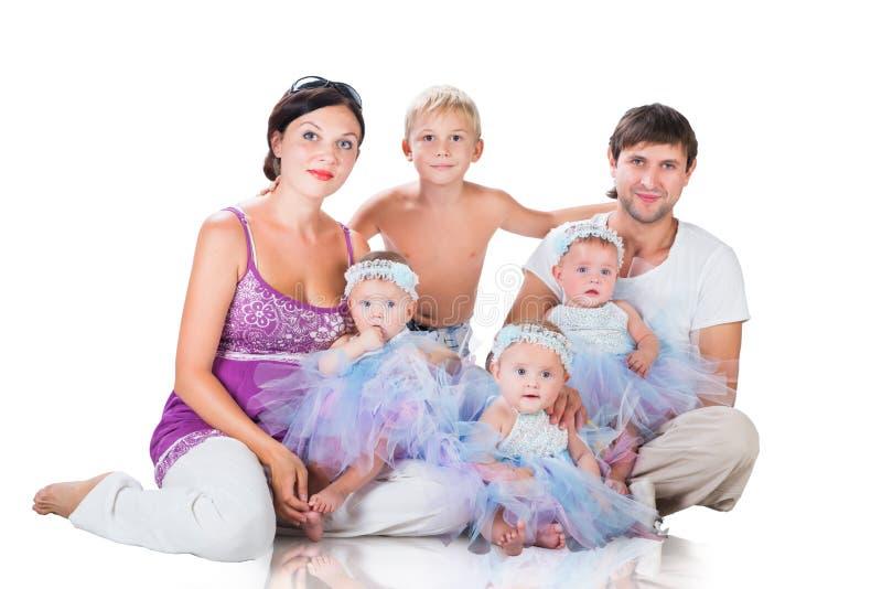 大愉快的家庭:母亲、父亲、三胞胎女儿和儿子 库存照片