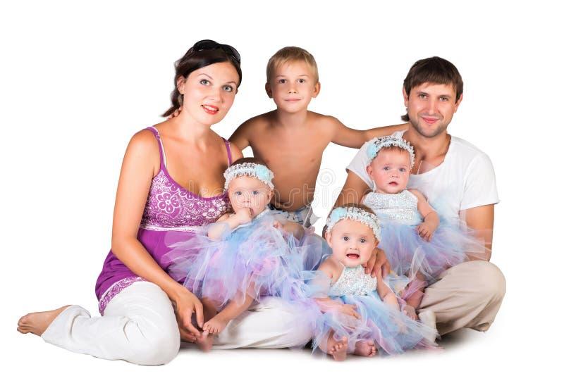 大愉快的家庭-母亲、父亲、三胞胎女儿和儿子 免版税库存图片