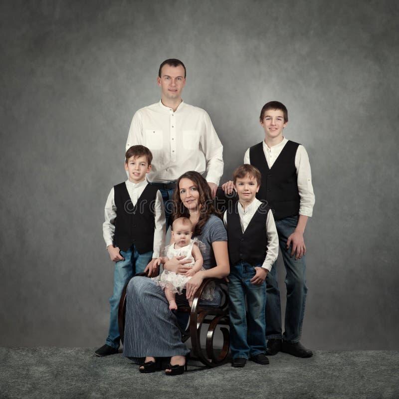 大愉快的家庭画象  库存图片