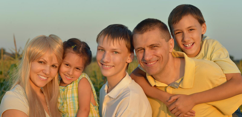 大愉快的家庭画象  免版税库存照片