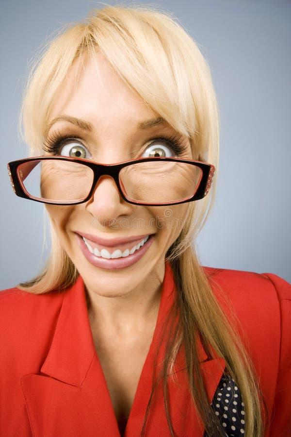 大愉快的红色微笑妇女 免版税库存照片
