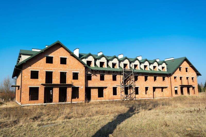 大房子建设中从红砖 未完成的二层楼的房子 库存照片