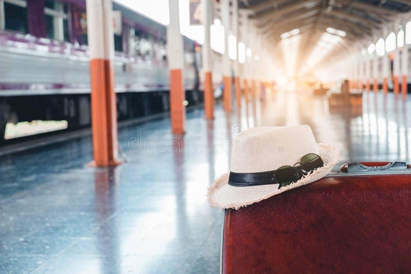 大手提箱背包和旅行在火车站请求 免版税库存图片