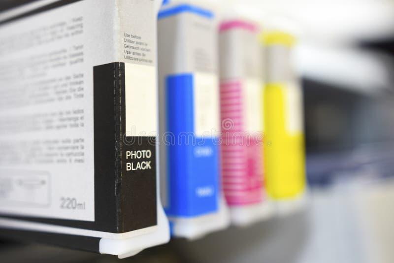 大打印机格式喷墨机cartriges详述黑,深蓝,洋红色 免版税库存图片