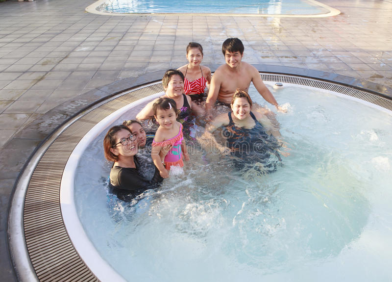 大放松在与happ的水池的家庭人民和兄弟 免版税库存图片
