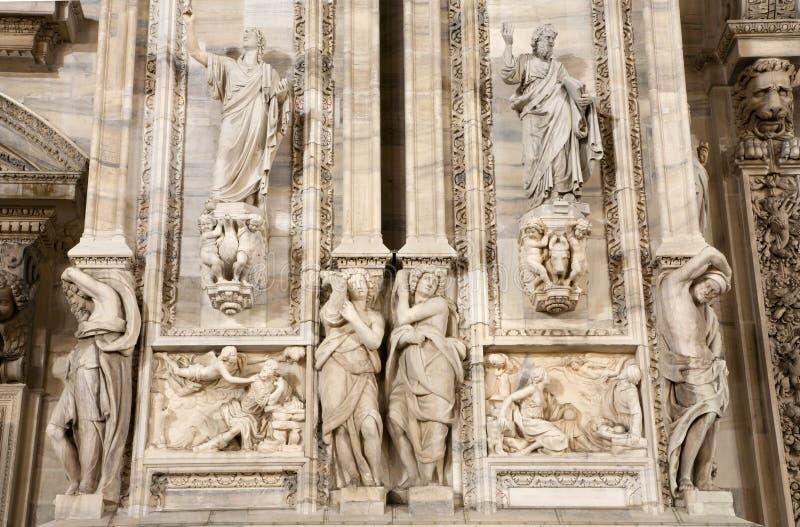 大教堂中央寺院门面西方米兰的雕象 库存照片