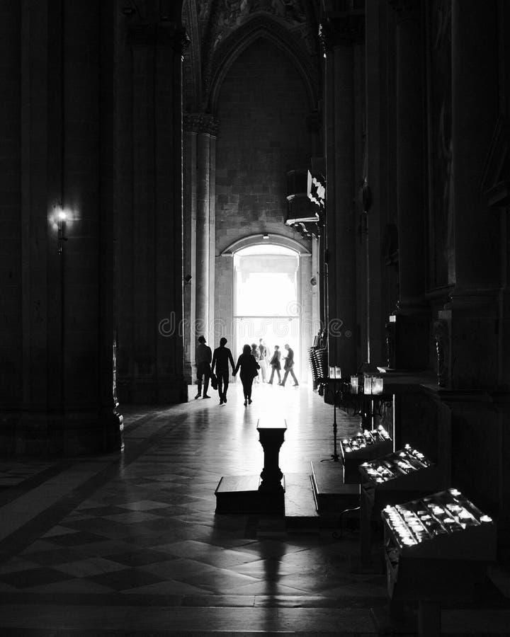 大教堂内部在黑白 库存照片