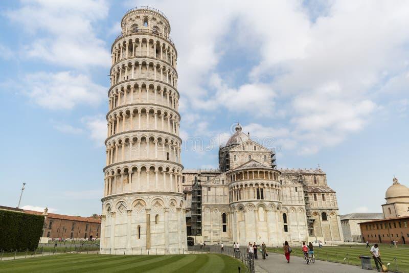 大教堂和斜塔在奇迹正方形与游人,比萨,意大利 免版税库存图片