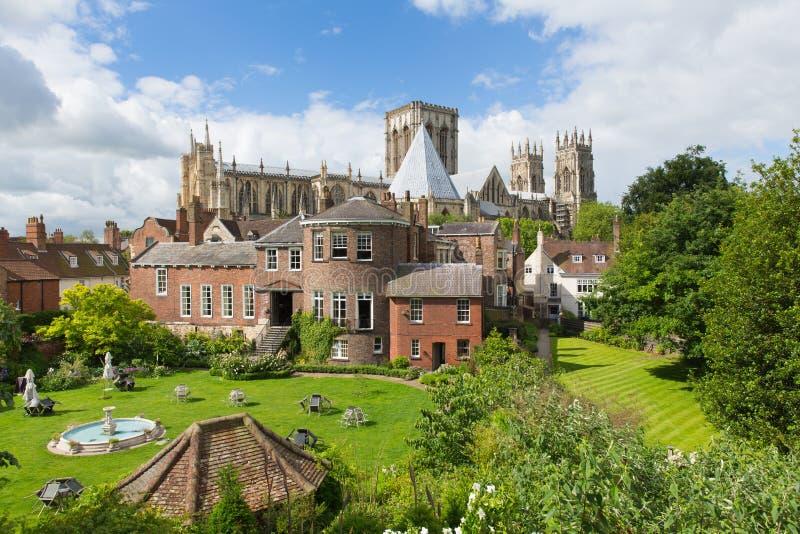 从大教堂和旅游胜地的城市墙壁的约克大教堂约克英国视图 库存图片