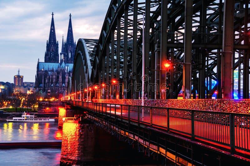 大教堂和有启发性霍亨索伦桥梁阴天视图在科隆,德国 库存图片