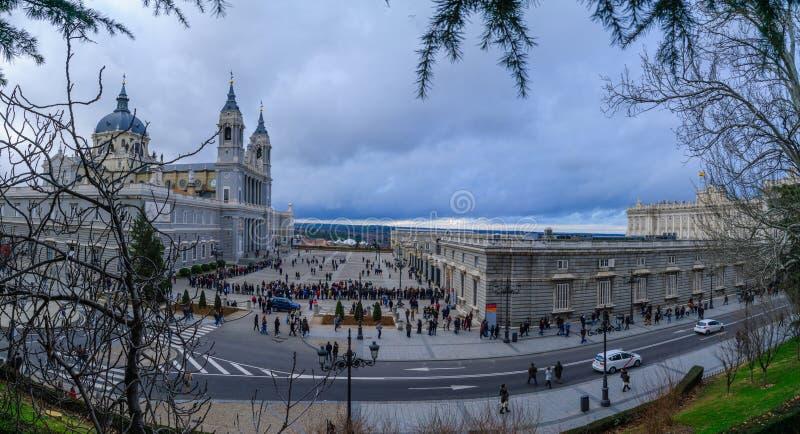 大教堂和王宫,马德里 免版税图库摄影