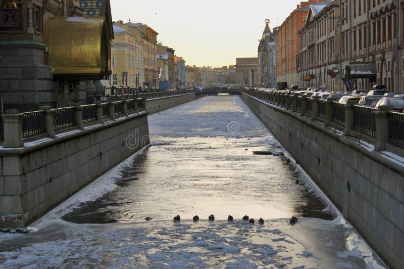 大教堂圆屋顶isaac ・彼得斯堡俄国s圣徒st Griboedovs运河在冬天 库存照片