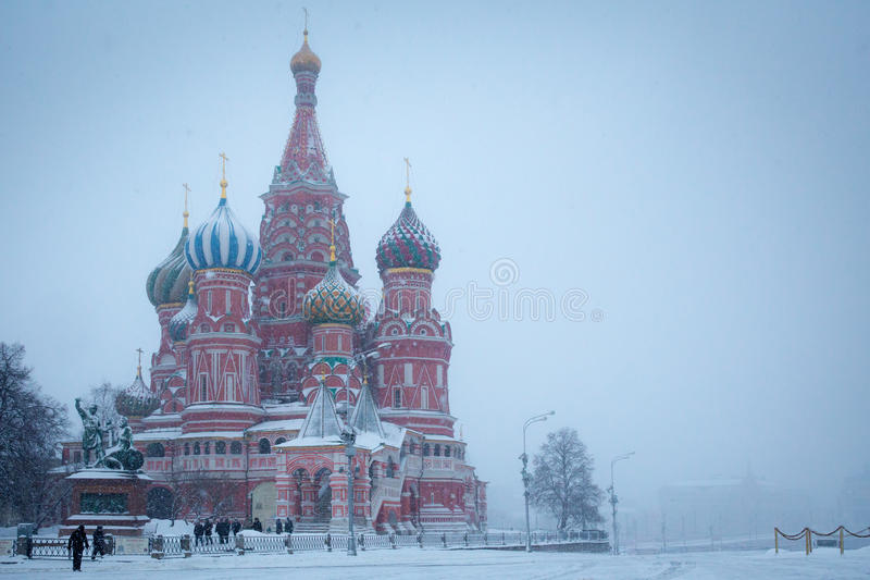 大教堂圣徒在冬天保佑的蓬蒿红场,莫斯科,俄罗斯 免版税库存照片