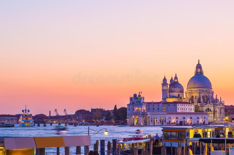 大教堂圣玛丽亚della致敬在威尼斯,在美好的夏日日落期间的意大利 著名威尼斯式地标 图库摄影