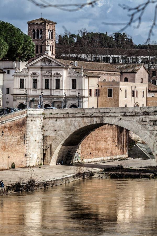 大教堂圣巴塞洛缪,脑桥Cestius,台伯河海岛和河 意大利罗马 免版税库存照片