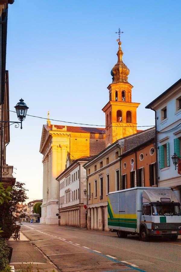 大教堂在一个美丽的舒适小意大利镇奇塔代拉 意大利 库存照片