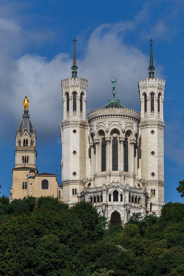 大教堂在小山顶部在利昂市 库存照片