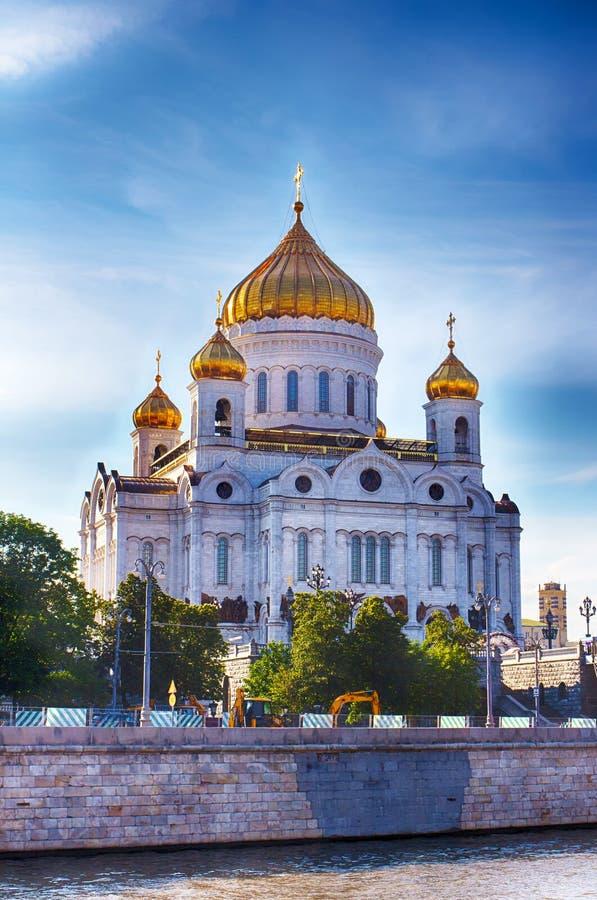 大教堂基督・莫斯科俄国救主 区背景中心城市设计喷泉基辅金属莫斯科俄国的购物岗位那里 库存照片