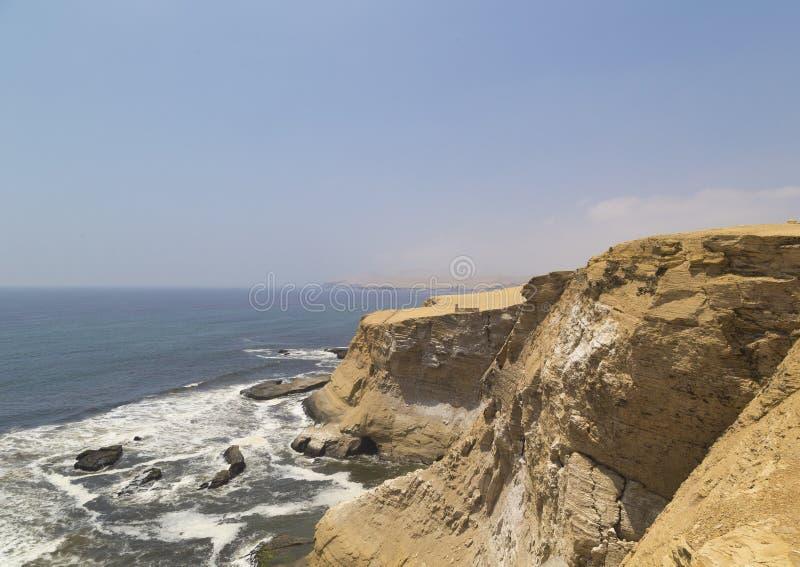 大教堂岩层,秘鲁海岸线,在海岸,帕拉卡斯半岛国家储备,帕拉卡斯半岛,秘鲁的岩层 库存图片