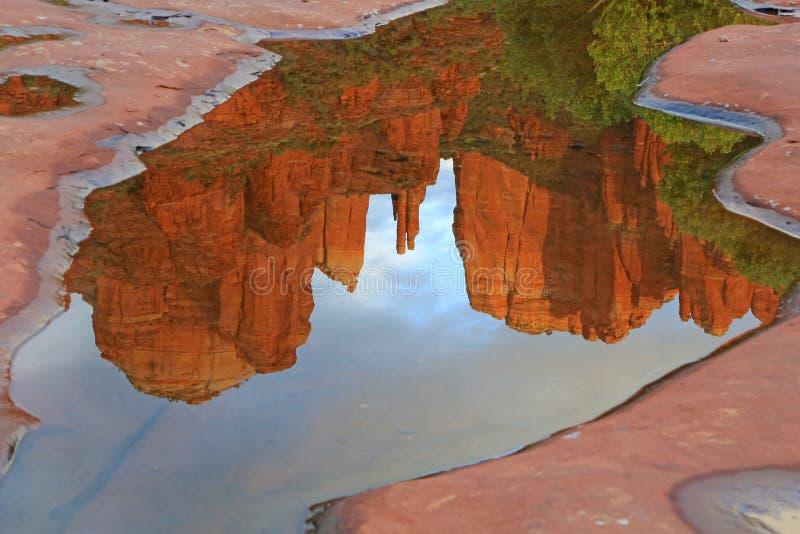 大教堂岩石的镜象反射 图库摄影