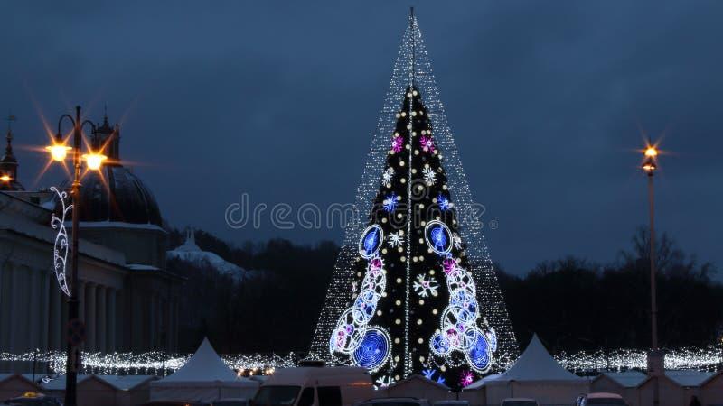 大教堂广场中部在维尔纽斯,立陶宛,圣诞树2018年 库存图片