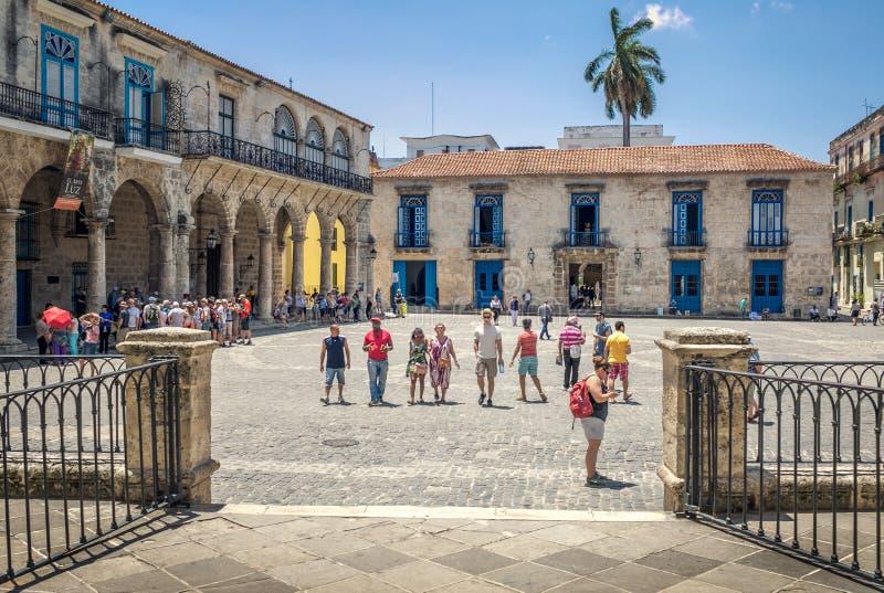 大教堂广场的游人在一美好的天 古巴老哈瓦那 库存照片