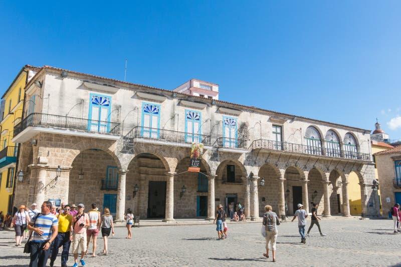 大教堂广场的游人在一美好的天 哈瓦那旧城, 库存图片
