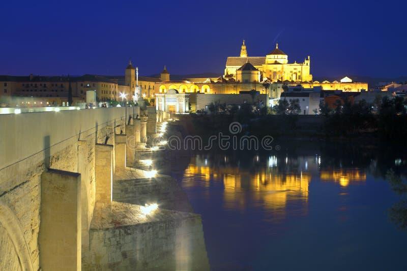 大教堂梅斯基塔和罗马桥梁在晚上 免版税库存照片
