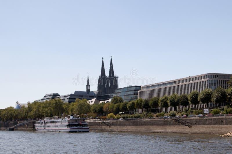 大教堂的后面看法从莱茵河视域观看的科隆香水的在观光的小船旅行期间 库存图片