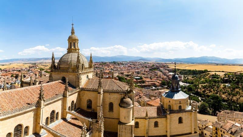 大教堂的圆顶的塞戈维亚,西班牙–全景16:9视图和从钟楼的顶端塞戈维亚老镇 库存照片