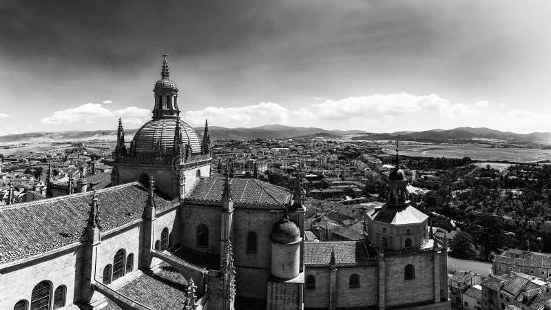 大教堂的圆顶的塞戈维亚,西班牙–全景16:9视图和从钟楼的顶端塞戈维亚老镇 免版税库存照片