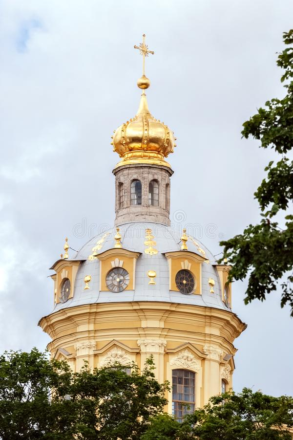 大教堂的被镀金的圆顶 免版税库存图片