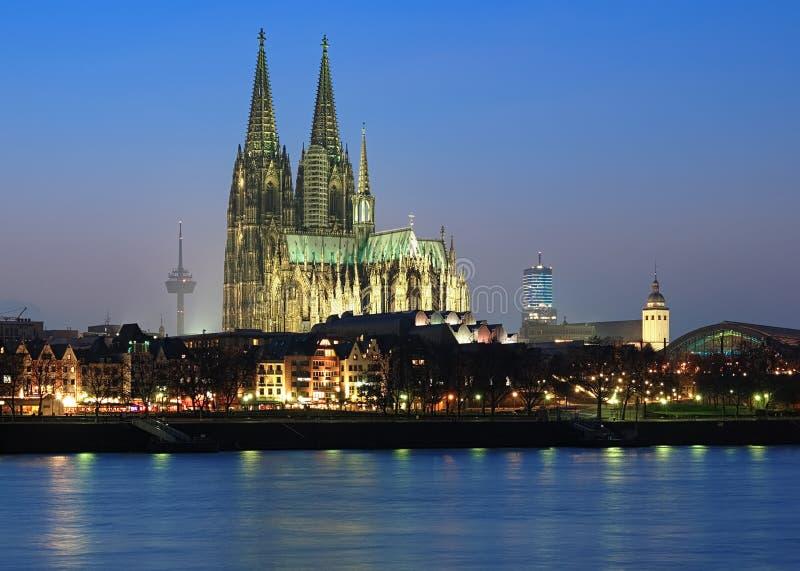 大教堂科隆香水夜间德国视图 免版税库存照片