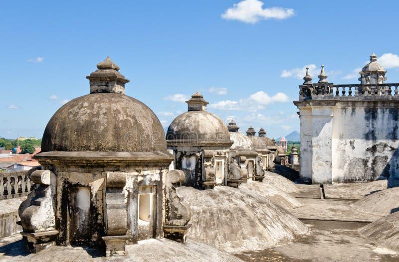 大教堂覆以圆顶利昂屋顶 免版税库存图片