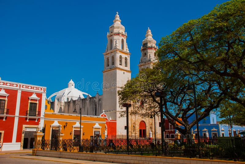 大教堂,坎比其,墨西哥:Plaza de la Independencia,在坎比其,旧金山de坎比其墨西哥` s老镇  库存照片