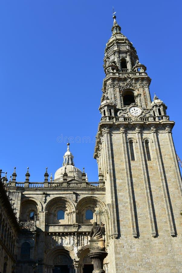 大教堂 在罗马式门面的巴洛克式的钟楼 compostela de圣地亚哥西班牙 Platerias广场,干净的石头,好日子 免版税库存照片