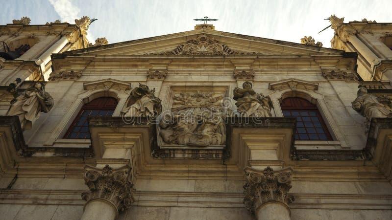 大教堂da埃什斯特拉的外视图在有哥林斯人专栏的里斯本 免版税库存图片